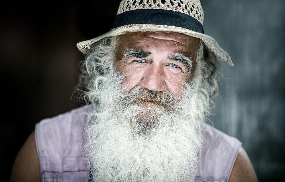 Anciano con barba.