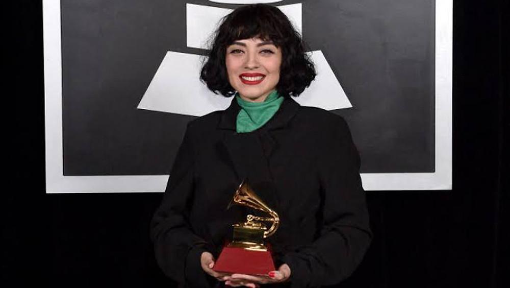 Mon Laferte con Grammy.