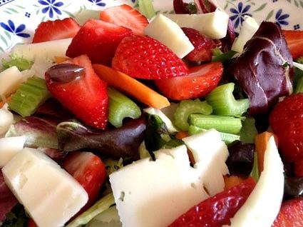 Ricetta: insalata di fragole e pecorino al balsamico