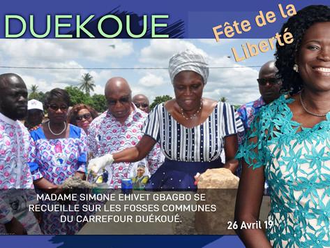 MADAME SIMONE EHIVET GBAGBO SE RECUEILLE SUR LES FOSSES COMMUNES DU CARREFOUR DUÉKOUÉ.