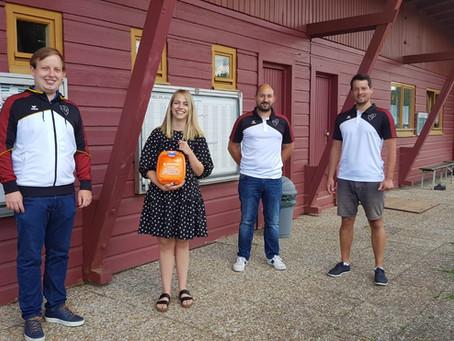 EC Erkersreuth stattet Vereinsgelände mit Defibrillator aus