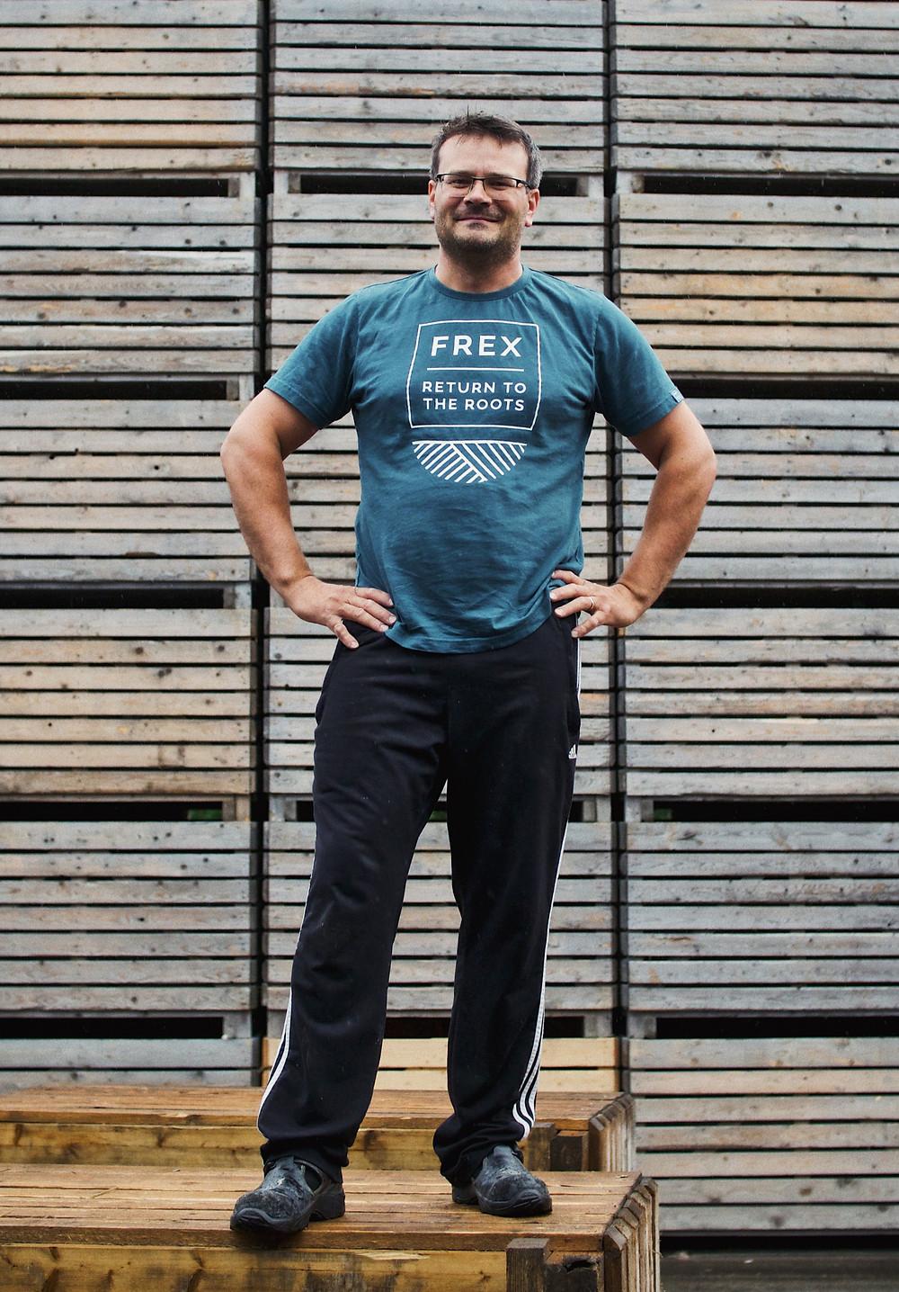 FREX-sopimusviljelijä Rami Lilja ja perunavarastolaatikot, joihin peruna laatikoidaan ennen pakkaamolle lähettämistä.