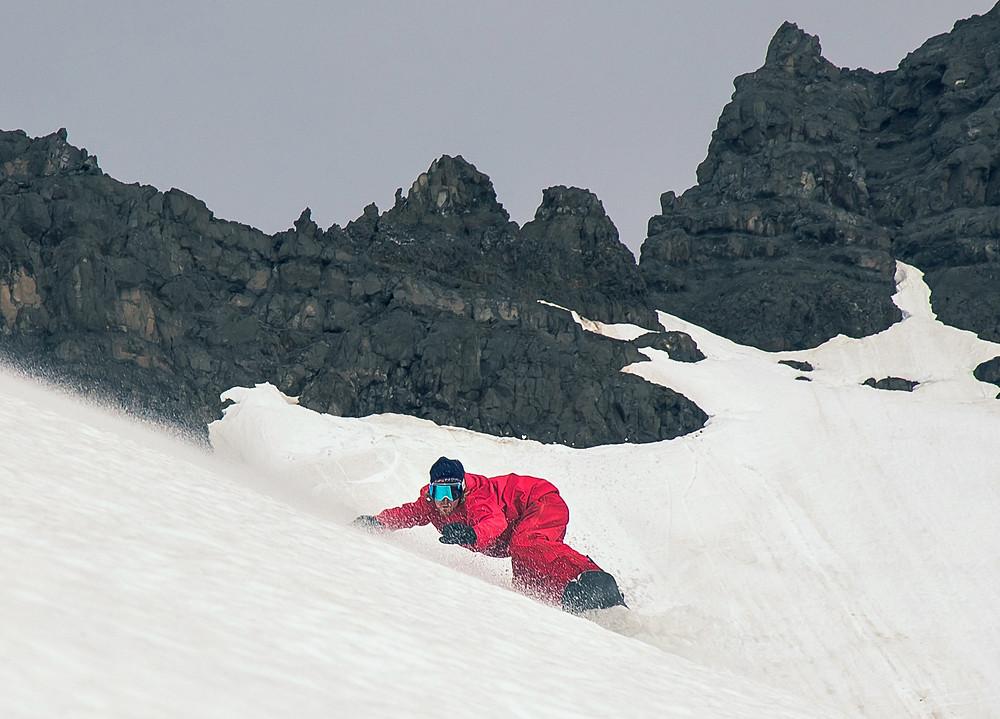Snowboarder Runar Petur carvt in Island