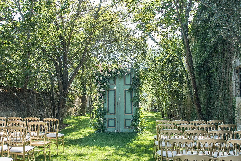 Cerimónia de casamento na Quinta do Torneiro decorada com portas rústicas verdes e flores