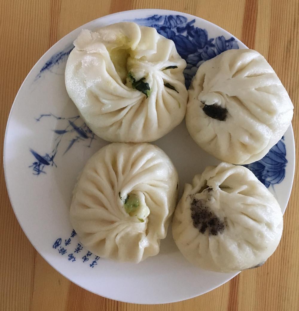 Brødlignede dumplings fyldt med tofu og spinat eller en sød creme lavet af sesamfrø.