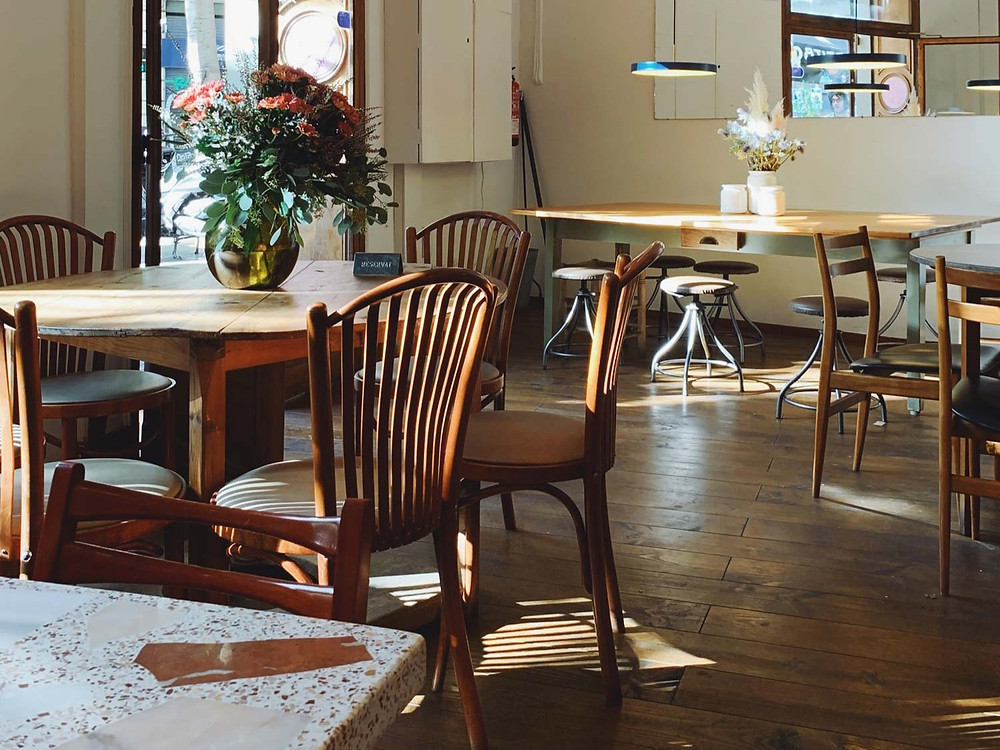 wood-tables-chairs-cafe-interior