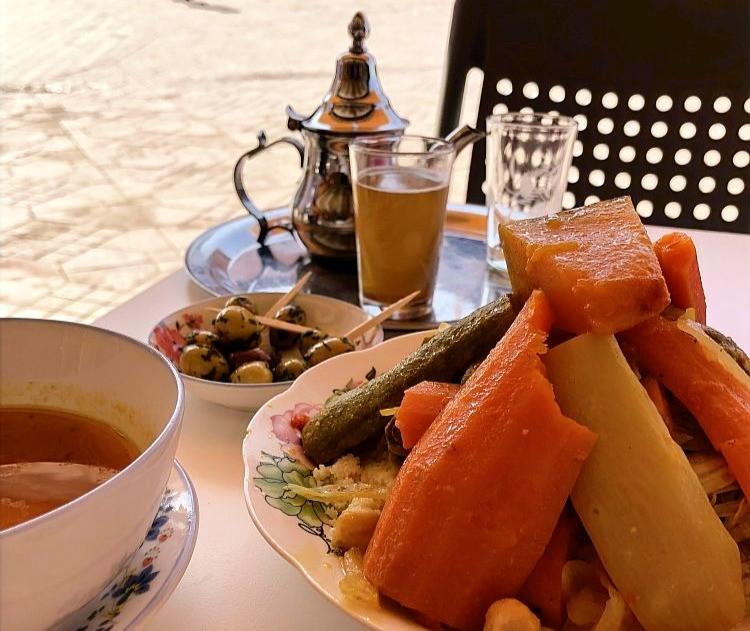 talíř s kuskusem a konvice s čajem