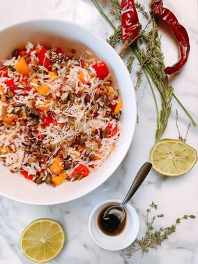 Ensalada de arroz y melocotón con semillas y pipas crujientes