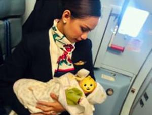 기내에서 승객 아이에게 젖 먹이는 필리핀 승무원 패트리샤 오르가노(24)
