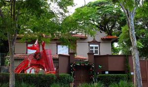 Escultura Lobo-guará, que também é um escorregador, instalado na sede da ITV Urbanismo em São Paulo