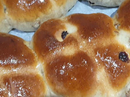 14 things to bake with the kids - Hot cross buns