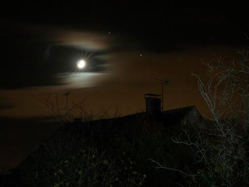 A travers les nuages, la Lune flirte avec Saturne et Jupiter.