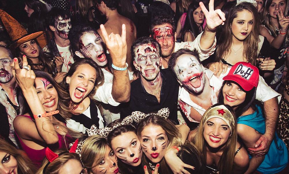 Jóvenes en fiesta de Halloween.
