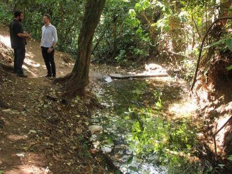 Vereador verifica condições da nascente do Córrego da Água Branca