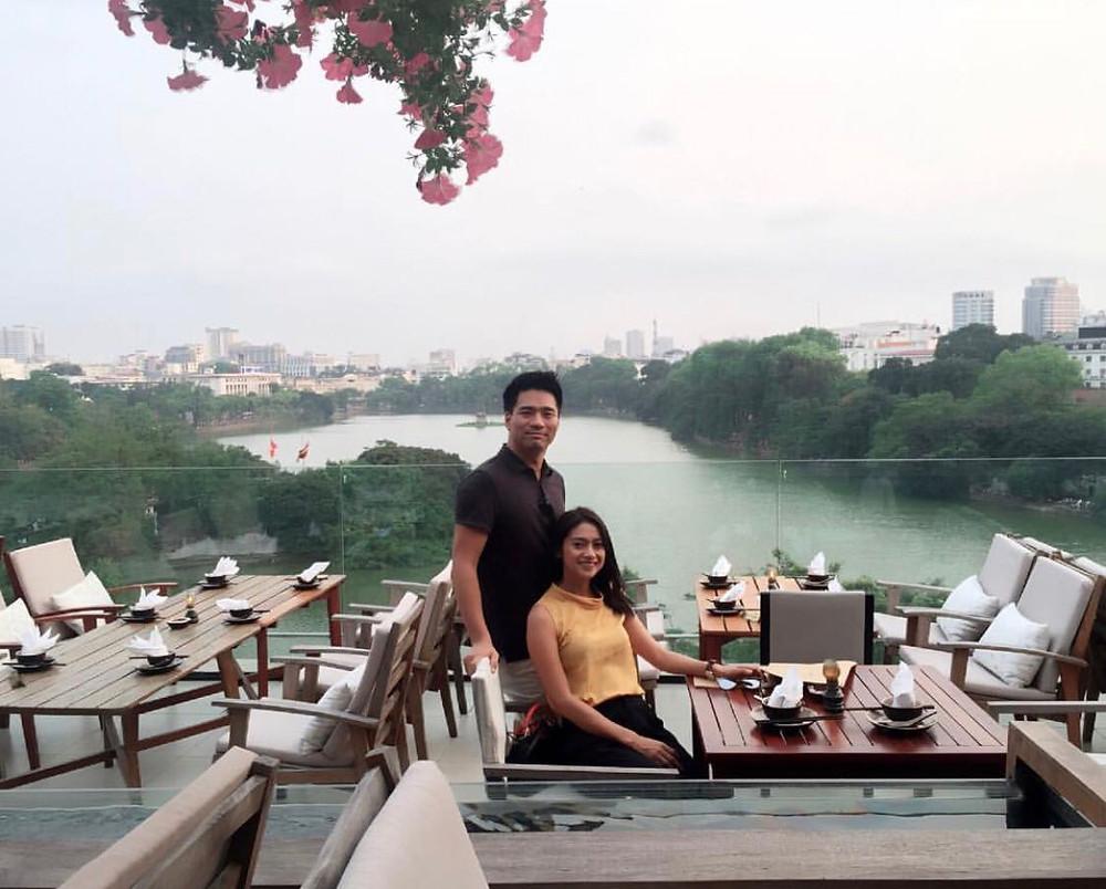 Rini Yulianti dan Michael Ha di sebuah restoran Vietnam dengan pemandangan danau.  #RiniBabyJourney #jurnalRIN