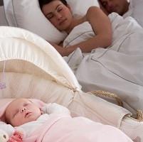 Mamá durmiendo con su bebé