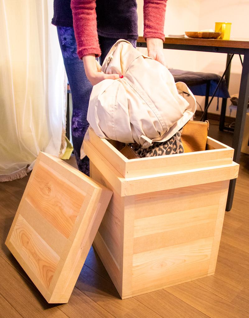 茶箱の中に荷物を入れる