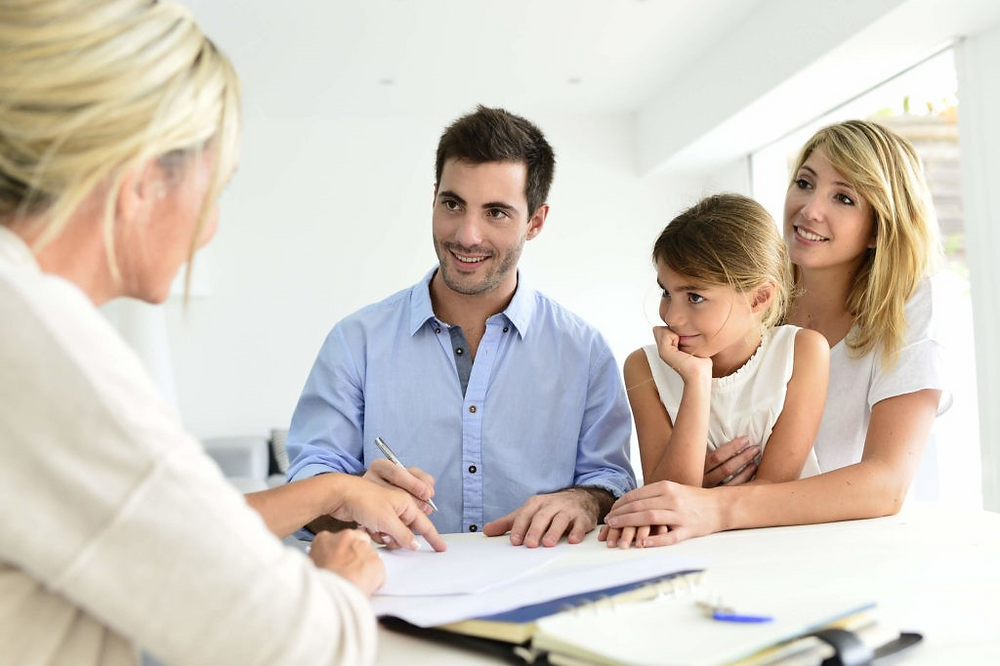 Дадилката го образложува својот воспитен стил пред родителите за да меѓусебно ги усогласат стиловите