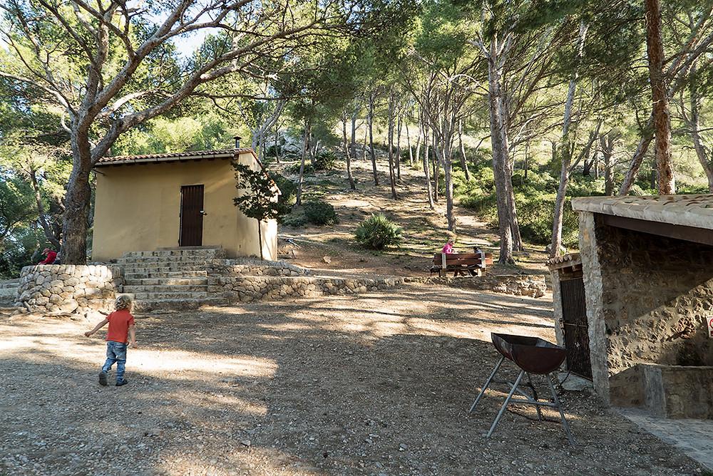 En el refugio d'es Coll Baix hay una zona de picnic y barbacoa donde poder comer.