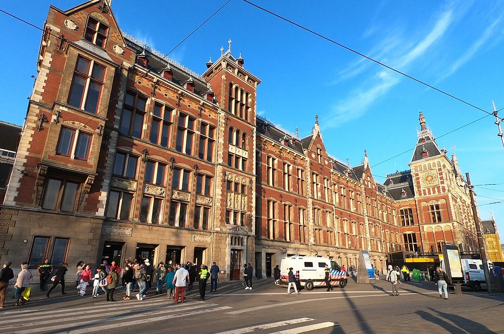 Fachada da estação Amsterdam Centraal, onde pegamos o trem para o aeroporto Schiphol.