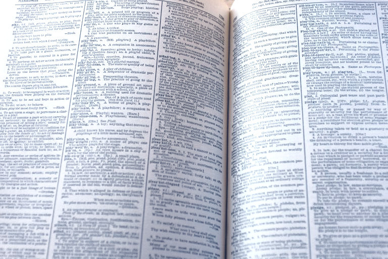 opengeslagen woordenboek