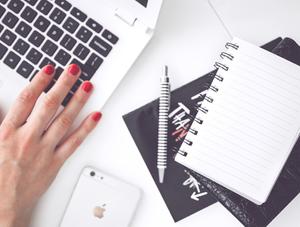computadora, cuaderno, lapicera, emprendedora