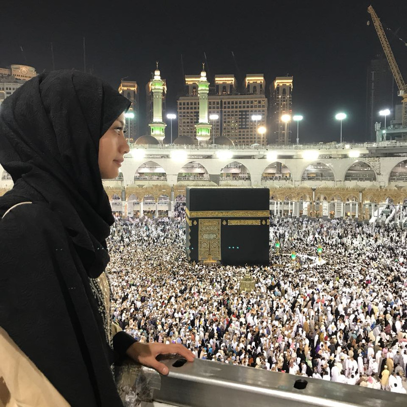 Juli 2017. Rini Yulianti di Ka'bah, Masjidil Haram, Mekah, Saudi Arabia #Umrah2017