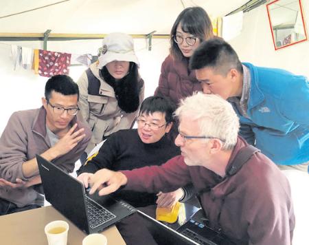 中法研究人员进行讨论,为第二天的实地研究做准备。(图片来源:廖沙供欧洲时报