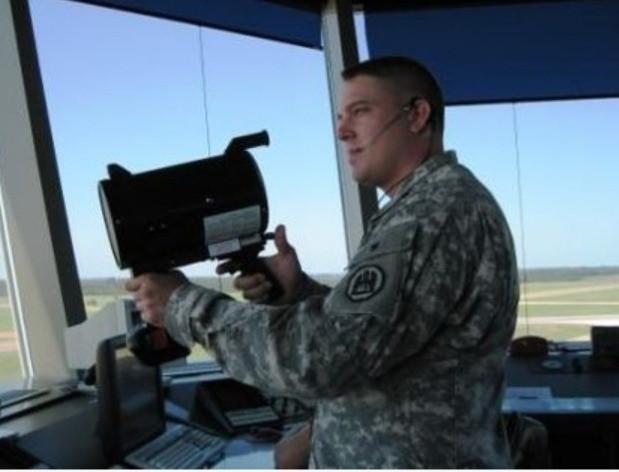 Un controlador de tráfico aéreo utilizando un reflector de señales para el control de las aeronaves