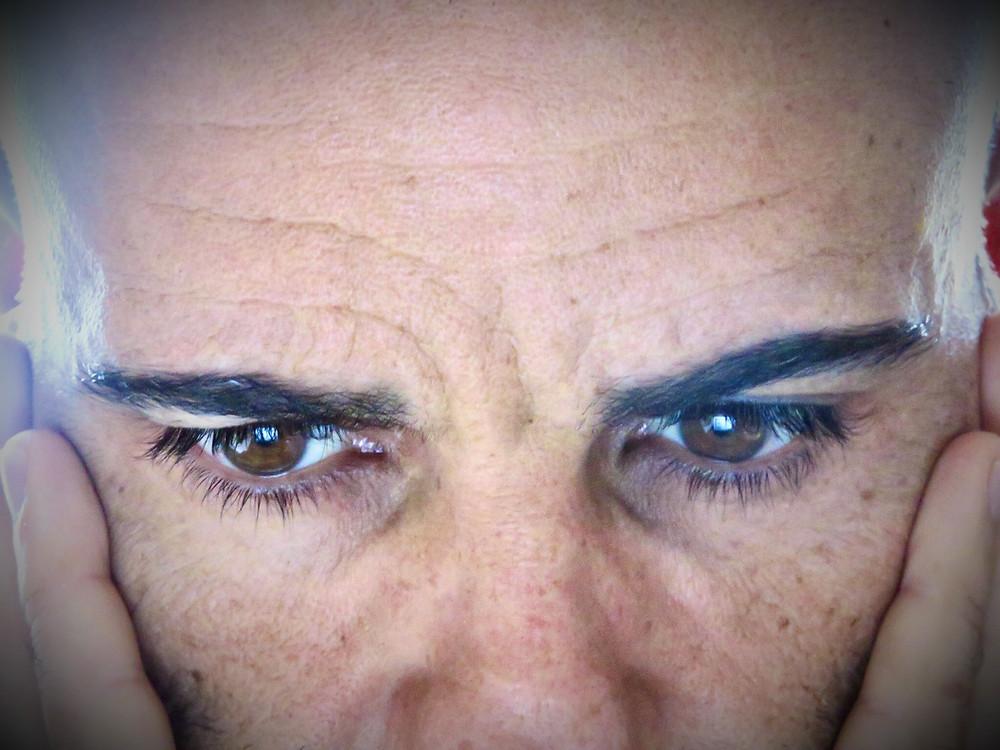 hombre reflexionando, ojos, mirada, preocupación