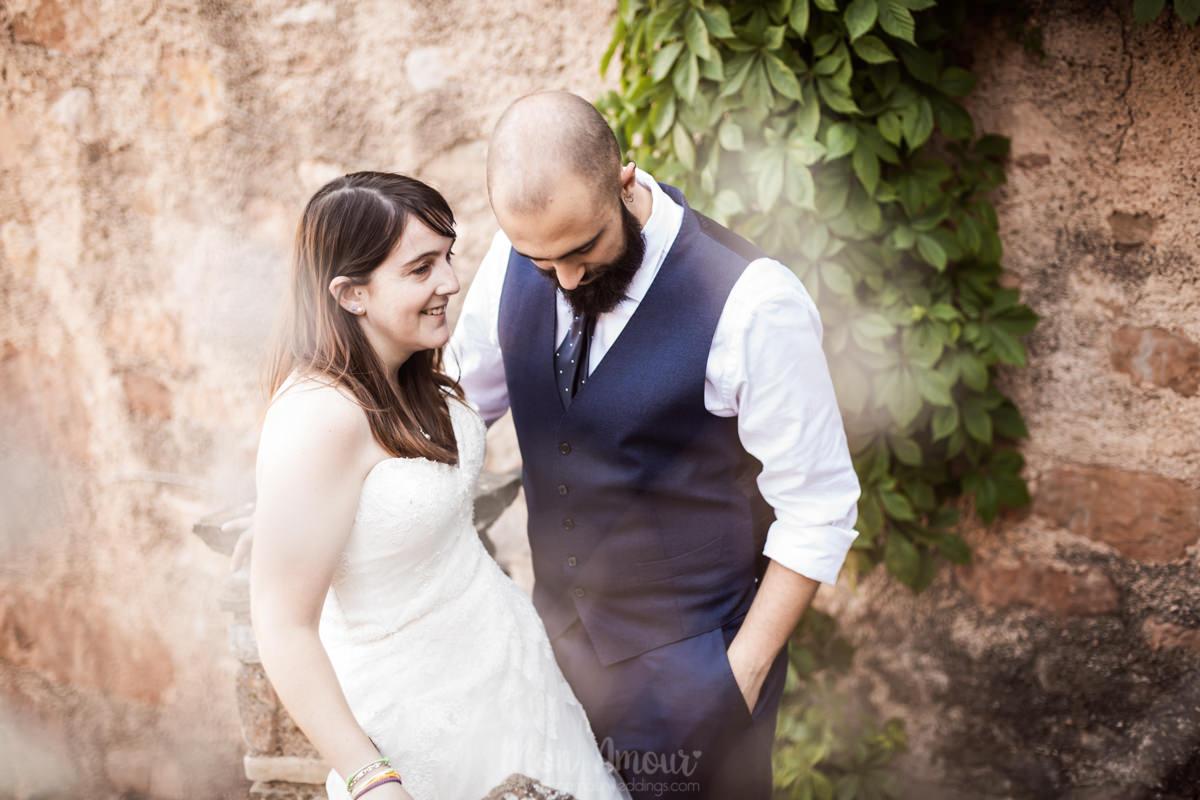 Postboda en pueblo rural con puesta de sol al atardecer, fotografía de bodas natural en Barcelona - Mon Amour Wedding Photography by Mònica Vidal