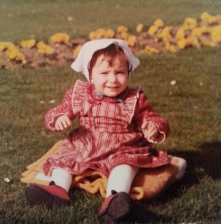 Das bin ich als Kleinkind (man kann die Anfänge meiner Skoliose erkennen.)