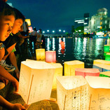 photo-people-release-paper-lanterns-rive