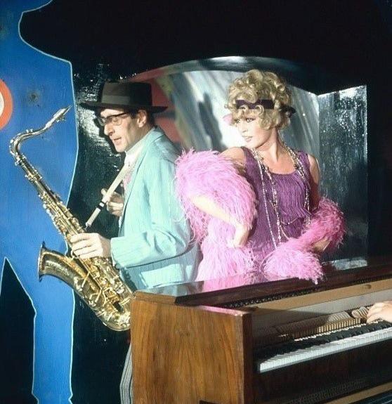 """Brigitte Bardot chantant """"Everybody loves my baby"""""""