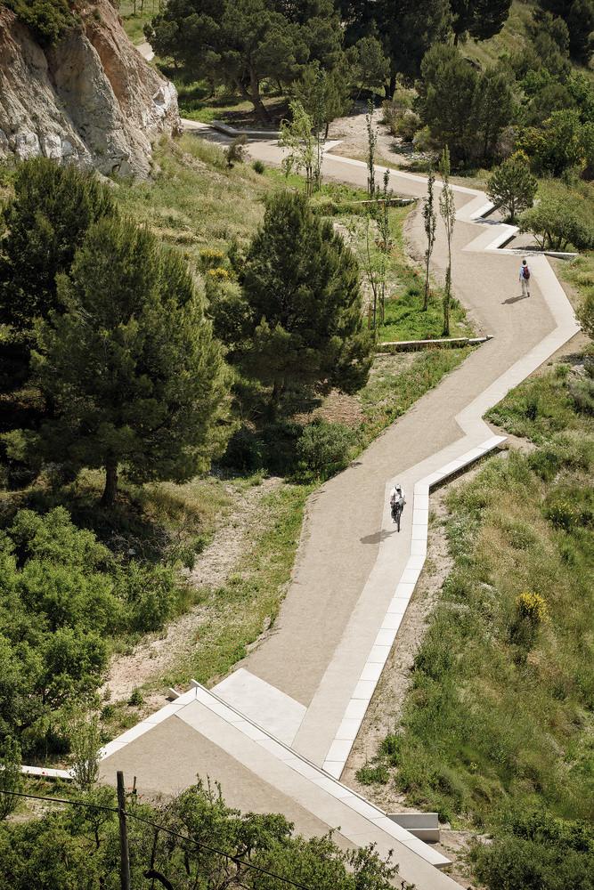 2018 Yılın Peyzajı:  Batlle i Roig Arquitectura - Pedestrian Path along the Gypsum Mines, Barselona, İspanya