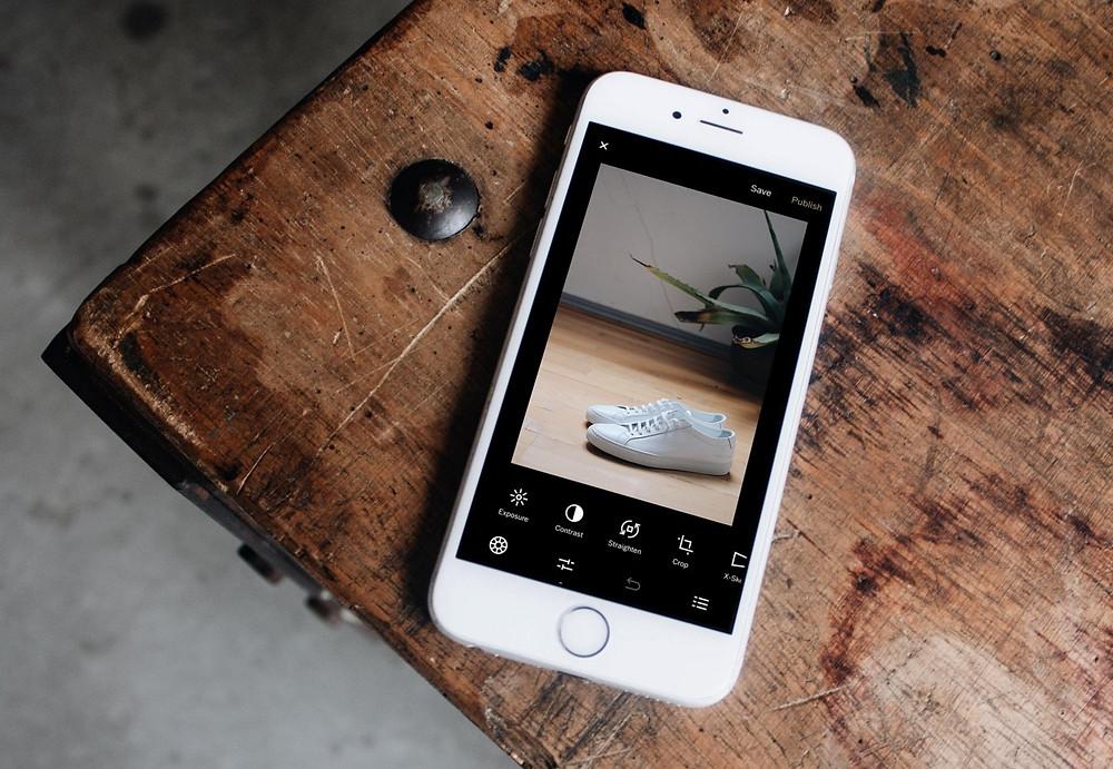 Masanın üzerinde duran bir iPhone