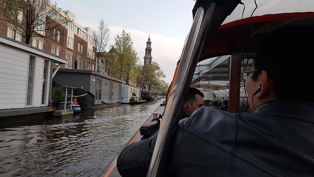 Passeio de barco pelos canais de Amsterdam. Parte semiaberta do barco da Lovers Cruise Canal.