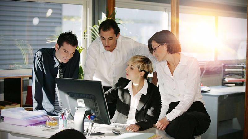 Grupo de compañeros de oficina trabajando en grupo