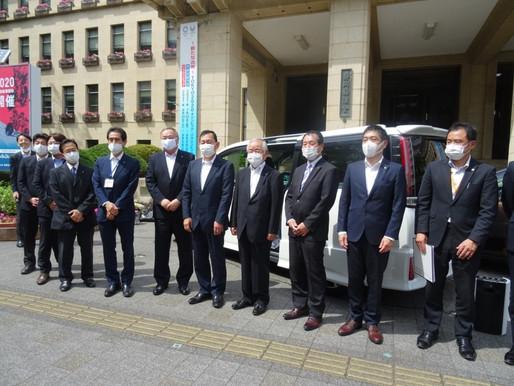 トヨタカローラ静岡㈱から無償貸与いただいた陽性患者等搬送用車両の受渡式