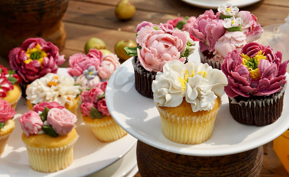 Cupcakes-decorated-with-flowers-made-of-icing