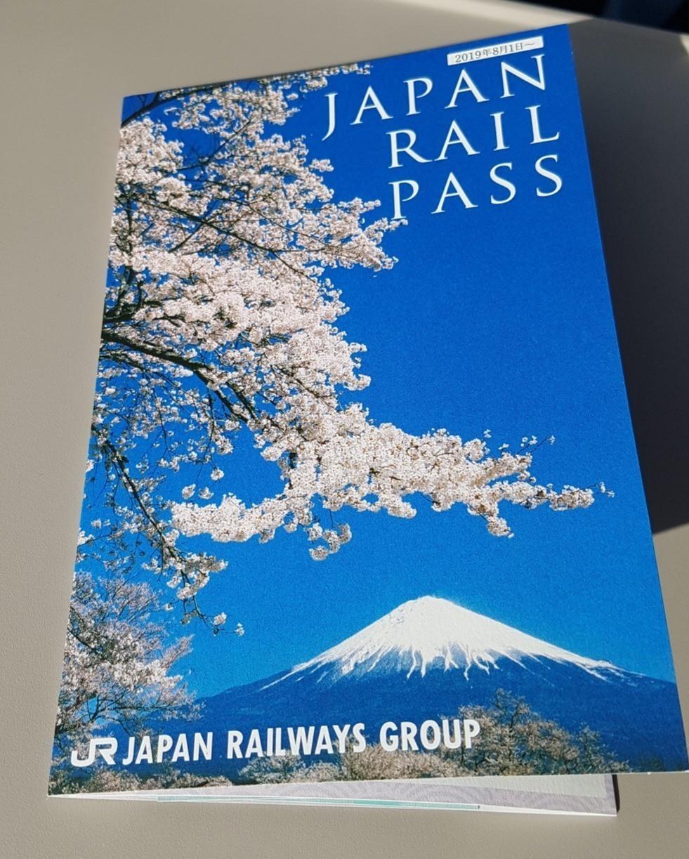 Foto do JR Pass, passe de transporte que permite viagens ilimitadas pelo Japão durante seu prazo de validade.