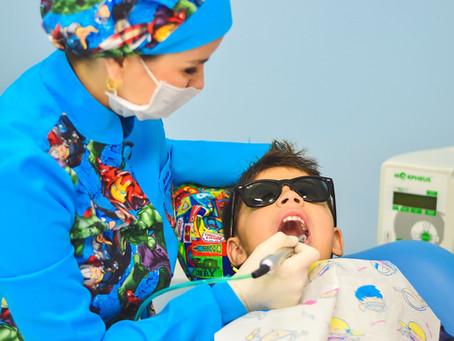 Alcune soluzioni per affrontare la paura quando si è spaventati dal dentista