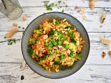 Erdnuss-Risotto mit Karotten, Brokkoli und Erbsen
