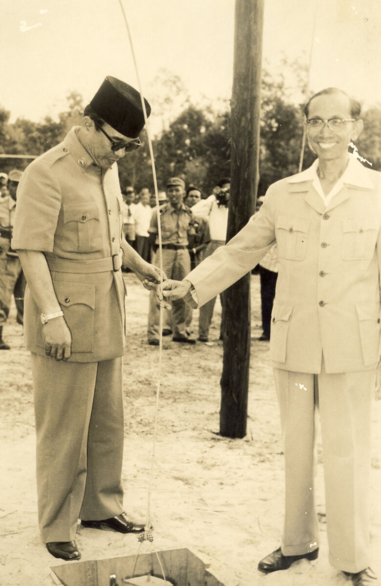 Presiden Soekarno beserta Menteri Pekerjaan Umum tengah memperhatikan batu pertama dari Ibu Kota Kalimantan Tengah Palangkaraya. Soekarno disebut-sebut pernah berniat memindahkan ibu kota Indonesia ke Palangkaraya.