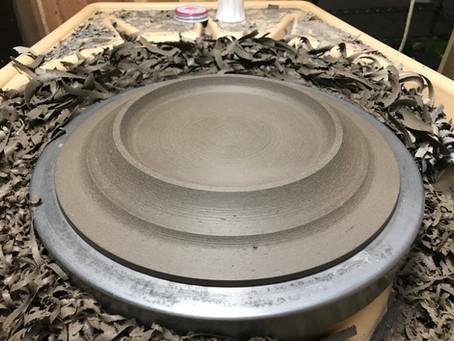 黒金陶器のパスタ皿の制作風景