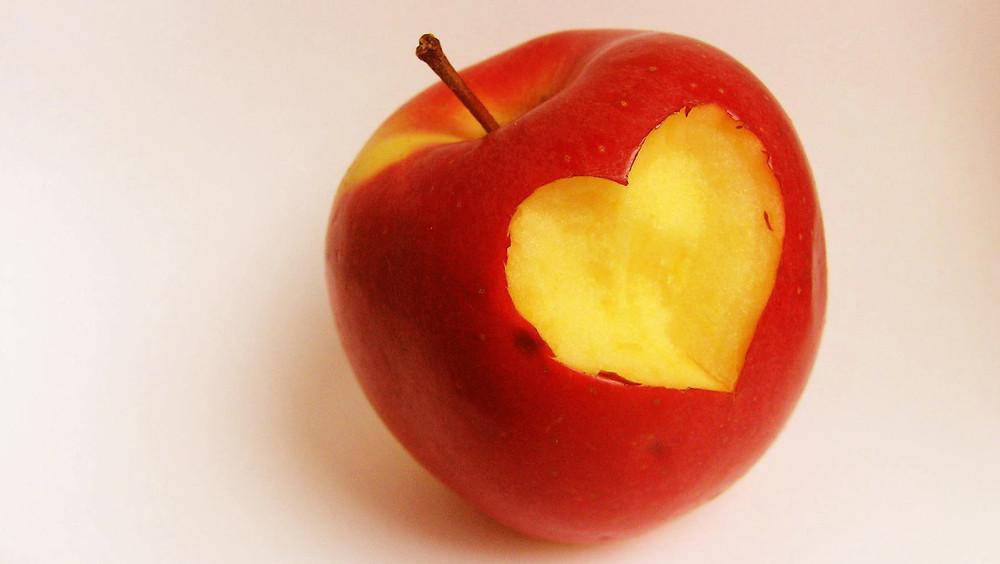 Manzana con corazón.