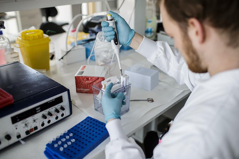 據新西蘭國家電台(Radio NZ)的消息,新西蘭研究人員正在領導主要的臨床試驗,以測試用於預防和治療Covid-19的藥物。(圖片來自THIBAULT SAVARY/AFP/ Getty Images)
