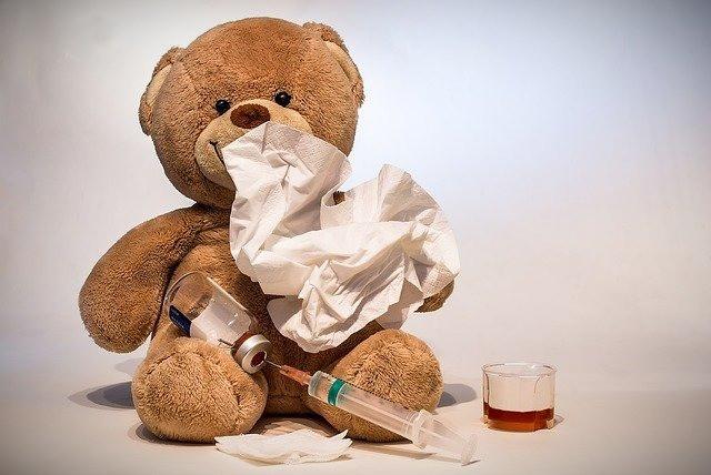 osito peluche enfermo. vacuna. inyección. fármacos.