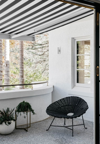In our attempt to decorate and add a touch of magic to our balcony, what we forget is that it is essential to cover the balcony not only to create shade but also to protect it from earthly forces. Secure your outdoor space with outdoor fabric to the corner pillars. Voila! You have achieved the bohemian look.