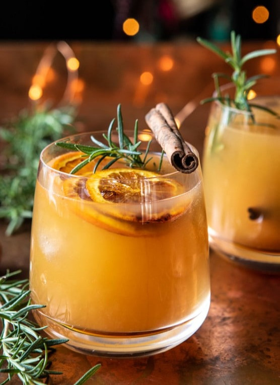 Old-Fashioned-cocktail-with-cinnamon-and-oranges